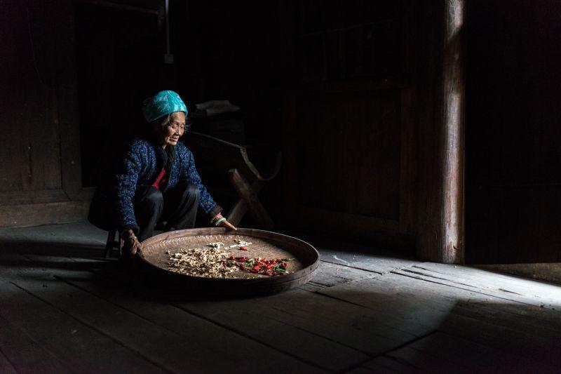 Preparazione del raccolto di contadina cinese