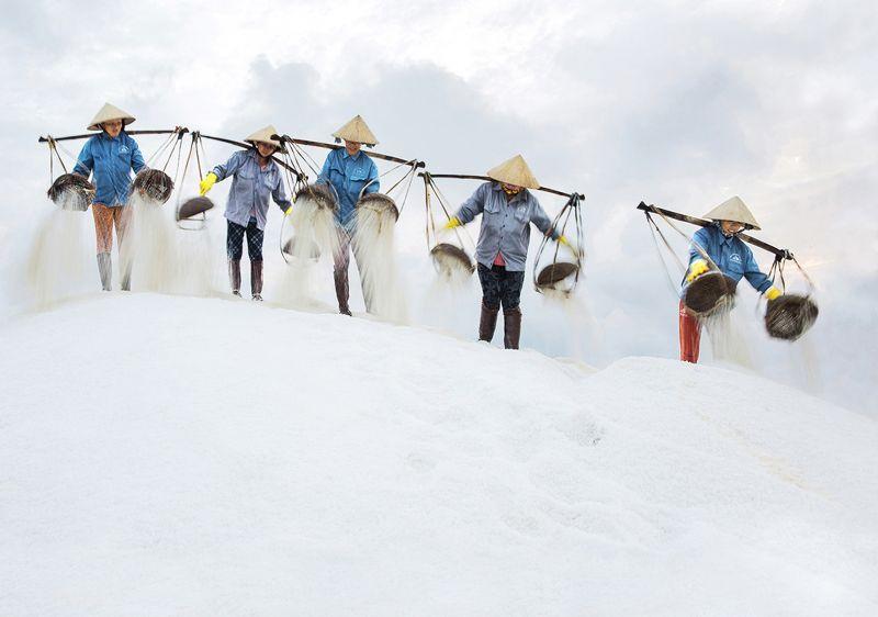 Salt workers Gnoc Diem